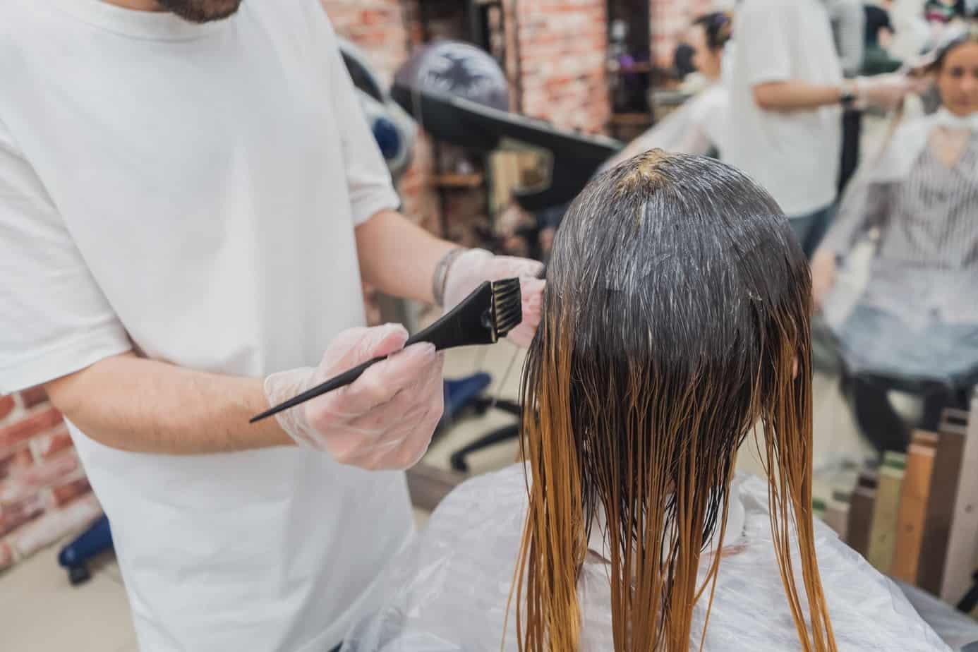 Wie bekommt man Haarfarbe von der Haut?