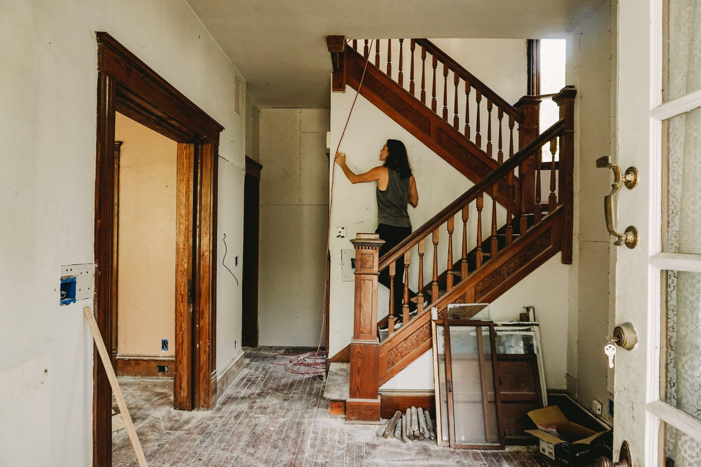 Wie entfernt man Klebereste von einer Holztreppe?