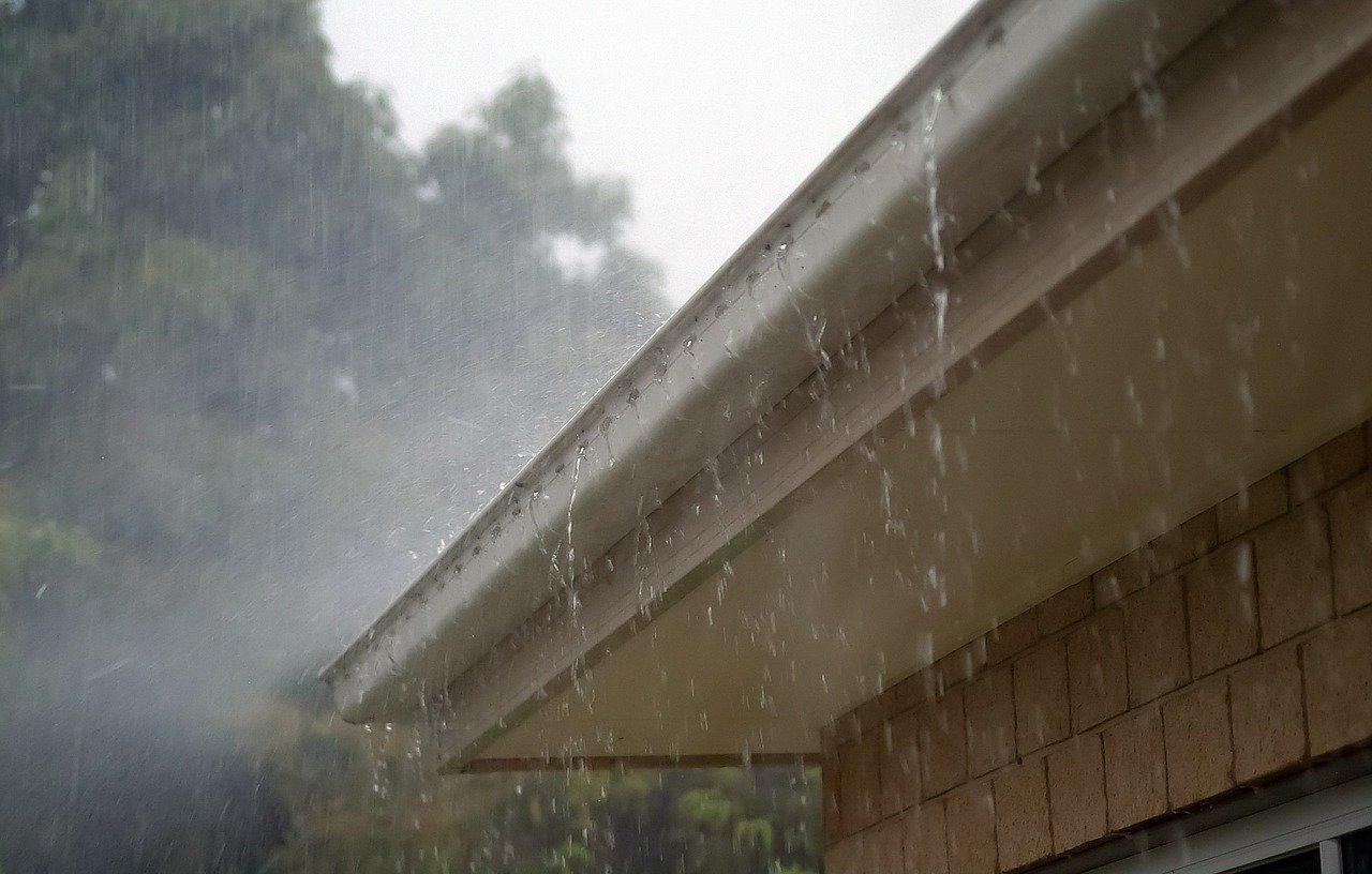 Warum läuft die Dachrinne bei Starkregen über?